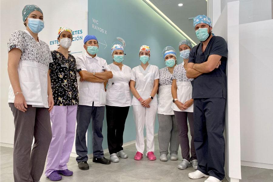 Uc dentistas equipo con mascarillas